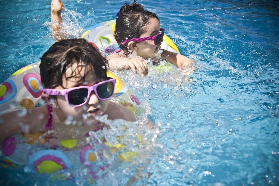 Enfants qui se baignent dans une piscine avec leur bouée