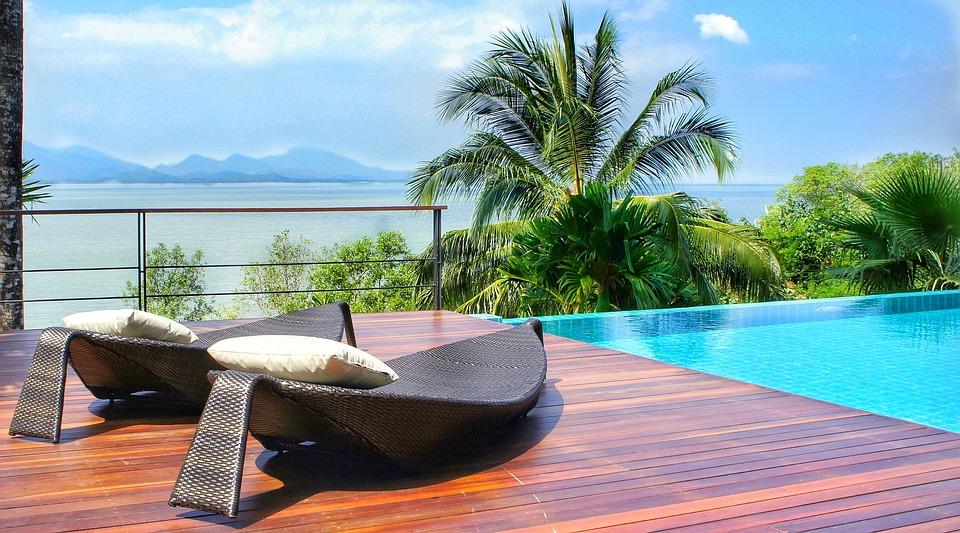 5 idées pour mettre en valeur les bords de sa piscine