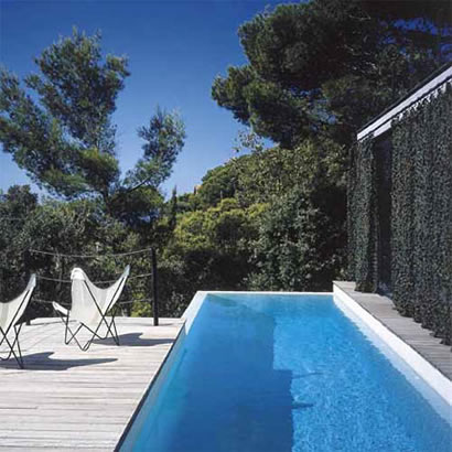 Petite piscine longeant une façade de maison : piscine sur mesure