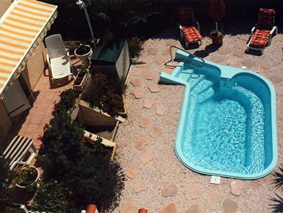 Petite piscine en coque polyester