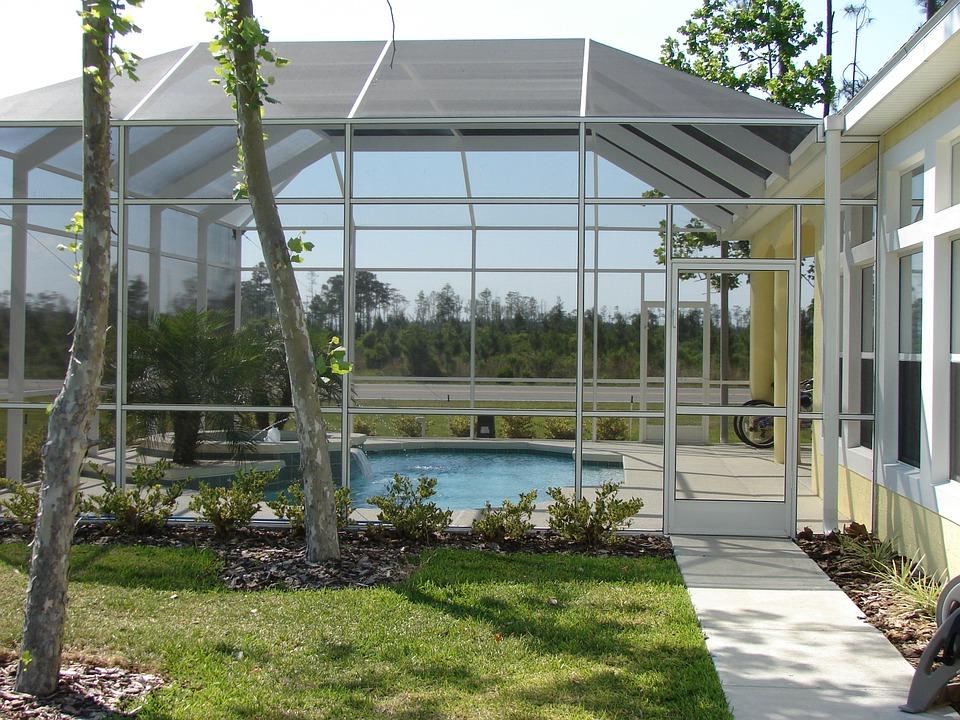Abri de piscine dans le jardin d'une maison