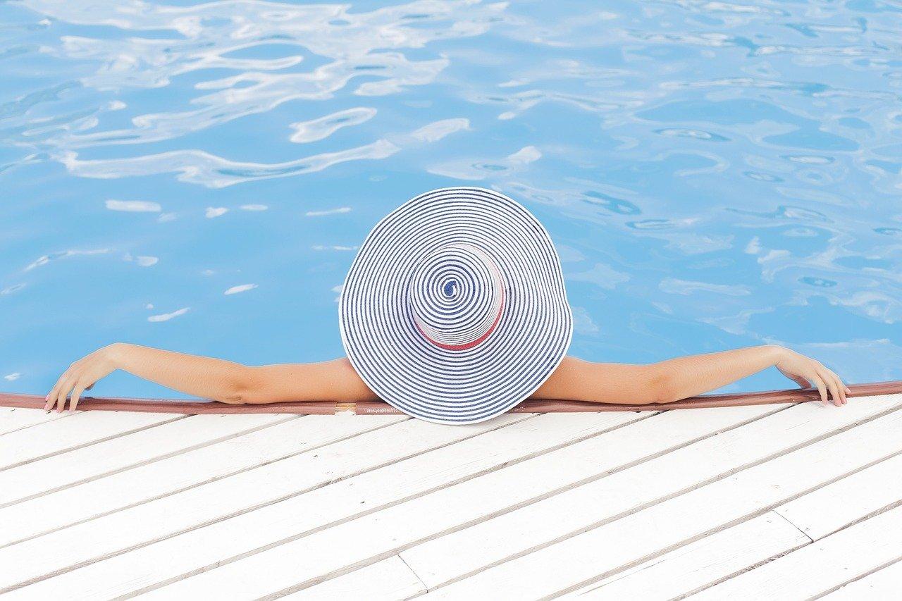piscine et femme qui se détend