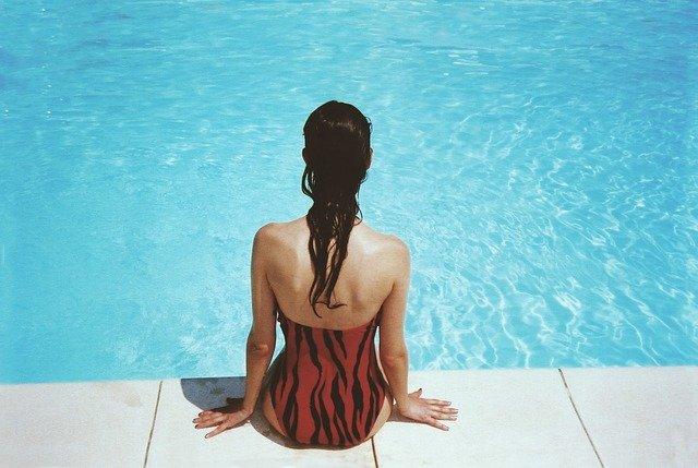 photo d'une femme de dos en maillot de bain
